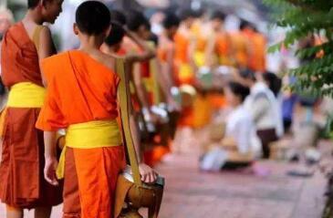 中领馆提醒在老挝向僧侣布施注意事项